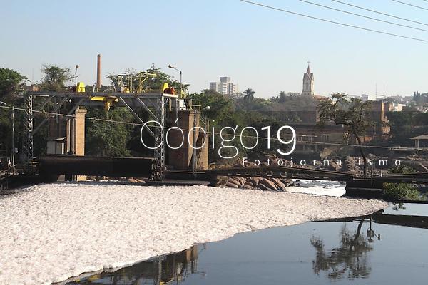 Salto (SP), 12/08/2020 - Estiagem-SP - O rio Tietê voltou a ficar coberto por espuma tóxica nesta quarta-feira (12) em Salto (SP). Com a falta de chuvas, a vazão está abaixo do normal, o que contribui para o aumento da espuma. A substancia tóxica é causada pela poluição de produtos químicos que são despejados na água, como xampu e sabão. Com o baixo nível do rio, a movimentação e as quedas d'água são maiores, o que provoca uma agitação maior e o surgimento de mais espuma.