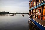 On embarque sur l'Amazon Dream pour une navigation vers la région de Braganca, le territoire des indiens Munduruku. Ce peuple guerrier lutte depuis plusieurs siècles pour la défense de leur territoire de plusieurs centaines de milliers d'hectares de forêt protégée au Brésil et contre les projets de barrages hydrauliques qui menacent le Tapajos. Ils sont aujourd'hui environ 250 à vivre près du lac de Bragança.
