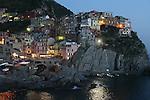 Village de manarola a la nuit tombante.. Parc national des Cinque Terre. Ligurie. Italie