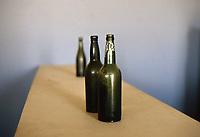 Desert miners town abandoned in 1954. Empty bottles on a table / bottiglie vuote su tavolo