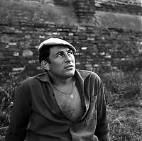 Septembre 1962. Vue d'André Abadie, joueur du Stade Toulousain, assis dans l'herbe.