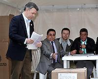 BOGOTA -COLOMBIA. 09-03-2014. Juan Manuel Santos, presidente de Colombia ejerce su derecho al voto al inicio de las elecciones parlamentarias en Bogotá, Colombia, hoy 9 de marzo de 2014. Los colombianos elegirán por voto directo en las urnas 102 nuevos miembros del Senado de la República, 166 representantes a la Cámara de Representantes y 5 representantes al Parlamento Andino. / Juan Manuel Santos, president of Colombia, exerts his right to vote at the beginning of the parliamentary elections in Bogota, Colombia, today March 9, 2014. Colombians will elect by direct vote at the polls 102 new members of the Senate, 166 representatives to the House of Representatives and five representatives to the Andean Parliament. Photo: VizzorImage/ Luis Ramirez / Staff