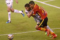 BARRANQUIILLA -COLOMBIA-10-10-2015. Nelino Jose Tapia (Der) jugador de Uniauntónoma disputa el balón con Jhon Cano (Izq) jugador de Patriotas FC durante partido por la fecha 15 de la Liga Aguila II 2015 jugado en el estadio Metropolitano de la ciudad de Barranquilla./ Nelino Jose Tapia (R) player of Uniautonoma fights for the ball with Jhon Cano (L) player of Patriotas FC during match valid for the date 15 of the Aguila League II 2015 played at Metropolitano stadium in Barranquilla city.  Photo: VizzorImage/ Alfonso Cervantes /