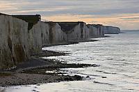 Europe/France/Picardie/80/Somme/Baie de Somme/Ault :possède des falaises de craie surplombant une plage de galet
