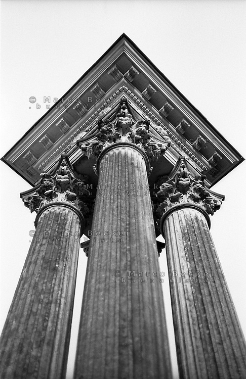 Potsdam, parco di Sanssouci. Colonne corinzie all'ingresso a est --- Potsdam, Sanssouci Park. Corinthian columns at the east entrance
