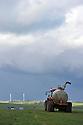 13/05/14 - CEZALIER - PUY DE DOME - FRANCE - Epandeur a lisier sur le Cezalier - Photo Jerome CHABANNE