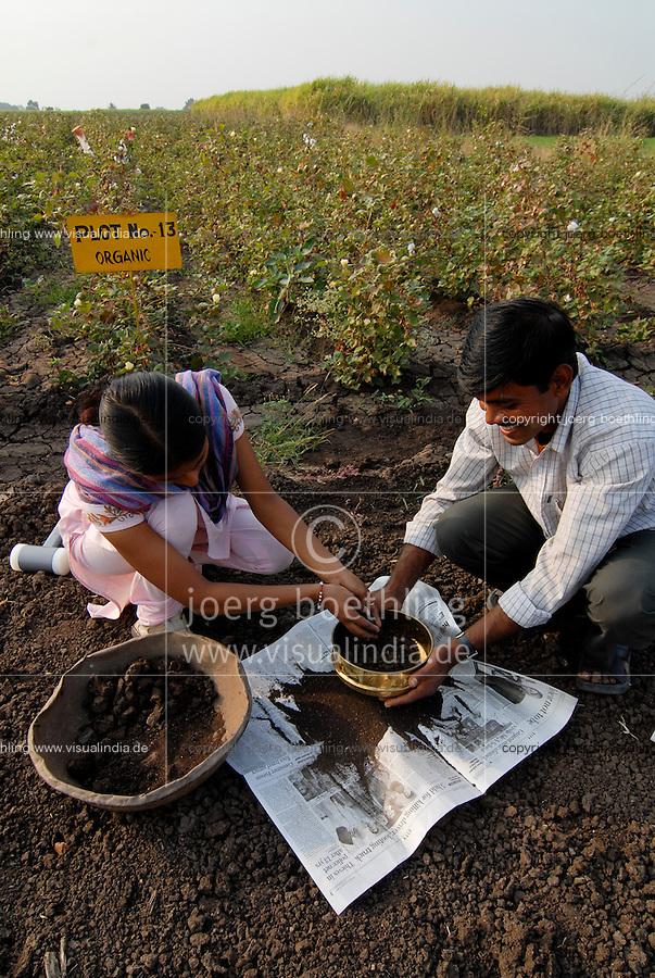 INDIA Madhya Pradesh , organic cotton project bioRe in Kasrawad, soil testing / INDIEN Madhya Pradesh , bioRe Projekt fuer biodynamischen Anbau von Baumwolle in Kasrawad, Bodenprobe