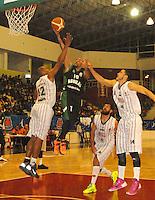 TUNJA -COLOMBIA-05-05-2014. Forbes (Centro) de Aguilas de Tunja disputa el balon con Salcedo (Der) y Forbes (Izq)  de Piratas de Bogota durante partido de La Liga Directv 1 de baloncesto jugado en el coliseo Departamental de Boyaca . Forbes (center) of Aguilas de Tunja dispute the ball with Salcedo (Der) and Forbes (L) of Piratas of Bogota for DirecTV La Liga match 1 Departmental basketball played in the Coliseum Boyaca. Photo: VizzorImage / Jose Miguel Palencia  /  Stringer