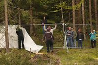 Fans haben den Blickschutz entfernt und beobachten das Training, Verantwortlich entfernen nun auch den Rest - Seefeld 29.05.2021: Trainingslager der Deutschen Nationalmannschaft zur EM-Vorbereitung
