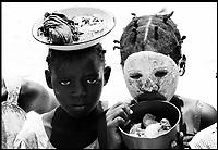 Mozambico, Africa, Pemba, bambini di etnia Macua con maschera n'siro