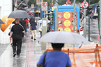 Campinas (SP), 06/04/2021 - Clima-SP - Pedestres se protegem da chuva no centro de Campinas, interior de São Paulo, nesta terça-feira (06).