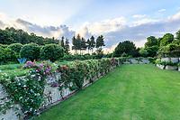 France, Indre-et-Loire, Lémeré, jardins et château du Riveau au printemps, les douves et rosiers grimpants