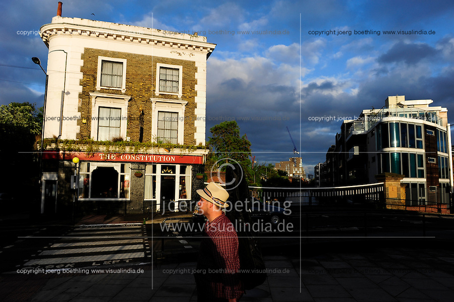 GREAT BRITAIN, London, Pub Constitution in Camden, musician with hat and guitar / GROSSBRITANNIEN, London, Pub Constitution in Camden, Musiker mit Hut und Gitarre