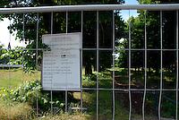 Brescia / Italia - aprile 2013<br /> Giardini pubblici di Via Nullo, in pieno centro a Brescia. Posti sotto sequestro dalla magistratura a causa dell'inquinamento da PCB. La bonifica indicata nel cartello non è mai iniziata.<br /> Foto Livio Senigalliesi