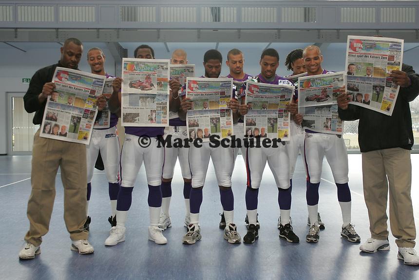 Die Offensive Lineman der Frankfurt Galaxy lesen den ƒppler aus dem Blitz Tip Verlag