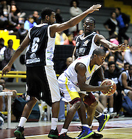 BOGOTÁ-COLOMBIA-09-03-2013. Arteaga (6) Y Moreno (4) de Piratas disputan el balón con  Jennines (8) de Búcaros durante partido de la décima fecha de la Liga Direct TV de baloncesto Profesional de Colombia 2013./ Arteaga (6) y Moreno (4) of Piratas dispute the ball with Jennines (8) of Bucaros  during the game of the tenth date of Colombian Professional basketball League DirecTV 2013. Photo: VizzorImage/STR
