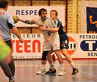 Handbal Izegem - Apolloon Kortrijk : Hans Strackx aan de bal voor Bengt Dewulf .foto VDB / BART VANDENBROUCKE