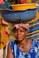 MALI, Bougouni, woman with enamel bowl on the head, Frau mit Emaille Schale auf dem Kopf