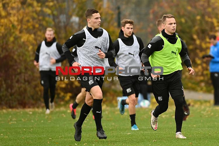 19.11.2020, Sportpark Illoshöhe, Osnabrück, GER, 2. FBL, Training VfL Osnabrück <br /> <br /> im Bild<br /> Luis Sprekelmeyer (VfL Osnabrück U19) und Niklas Schmidt (VfL Osnabrück)<br /> <br /> Foto © nordphoto / Paetzel