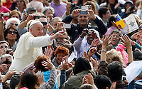 Papa Francesco saluta i fedeli al suo arrivo all'udienza generale del mercoledi' in Piazza San Pietro, Citta' del Vaticano, 9 ottobre 2013.<br /> Pope Francis waves to faithful as he arrives for his weekly general audience in St. Peter's Square at the Vatican, 9 October 2013.<br /> UPDATE IMAGES PRESS/Riccardo De Luca<br /> <br /> STRICTLY ONLY FOR EDITORIAL USE