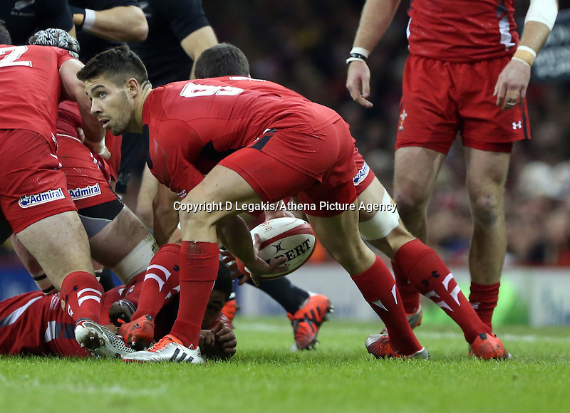 Pictured: Mike Phillips of Wales passing the ball Saturday 22 November 2014<br /> Re: Dove Men Series 2014 rugby, Wales v New Zealand at the Millennium Stadium, Cardiff, south Wales, UK.