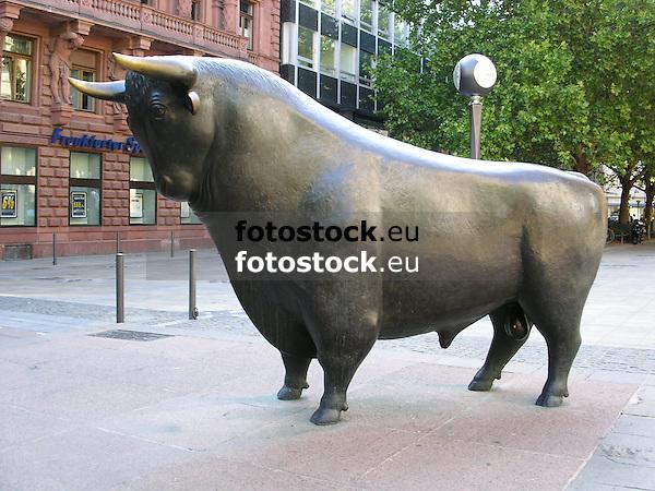 Bull in front of the stock market in Frankfurt on the Main - symbol for the up at the financial market<br /> <br /> Toro en Fráncfort del Meno - símbolo para el arriba en el mercado financiero<br /> <br /> Bulle vor der Frankfurter Börse - Symbol für das Auf am Finanzmarkt<br /> <br /> 1600 x 1200 px<br /> 150 dpi: 27,09 x 20,32 cm<br /> 300 dpi: 13,55 x 10,16 cm