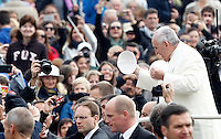 Papa Francesco saluta i fedeli al suo arrivo all'udienza generale del mercoledi' in Piazza San Pietro, Citta' del Vaticano, 29 ottobre 2014.<br /> Pope Francis exchanges his skullcap with faithful as he arrives for his weekly general audience in St. Peter's Square at the Vatican, 29 October 2014.<br /> UPDATE IMAGES PRESS/Riccardo De Luca<br /> <br /> STRICTLY ONLY FOR EDITORIAL USE