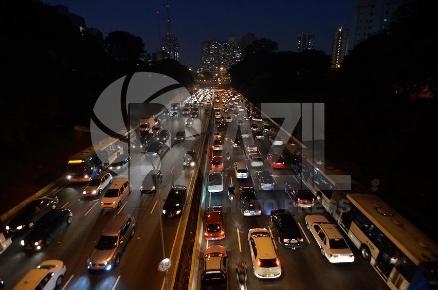 SAO PAULO, SP, 07 DE JUNHO DE 2013 - TRANSITO SÃO PAULO: Trânsito na Av. 23 de JUNHO sentido bairro, próximo ao Parque do Ibirapuera, zona sul de São Paulo na tarde desta sexta feira (7). FOTO: LEVI BIANCO - BRAZIL PHOTO PRESS.