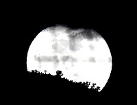 BOGOTA - COLOMBIA, 02-10-2020: La luna sale detrás de los cerros de Bogota, esta noche un día después de la luna llena de cosecha. / The Moon rise behind the Bogota Hills, tonight a day after the full harvest moon. / Photo: VizzorImage / Luis Ramirez / Staff.
