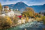 Italien, Suedtirol, Meran: Herbststimmung an der Winterpromenade entlang der Passer | Italy, South Tyrol (Alto Adige-Trentino), Merano: autumn scene along Winter Promenade and river Passirio