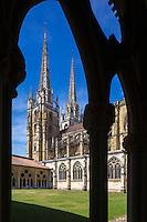 France, Aquitaine, Pyrénées-Atlantiques, Pays Basque, Bayonne:  Cathédrale Sainte-Marie vue depuis le Cloître// France, Pyrenees Atlantiques, Basque Country, Bayonne: The Cathedrale Sainte-Marie cloister