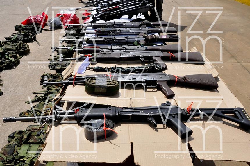 TAME - COLOMBIA - 21-07-2013: Armas  de las Fuerzas Armadas Revolucionarias de Colombia (FARC), durante rueda de prensa en Tame departamento de Arauca, Colombia, julio 21 de 2013. El Presidente Juan Manuel Santos, durante consejo de seguridad en esta población, ordeno a la Fuerzas Miltares aumentar los operativos para dar con los responsables del atentado  donde al menos 15 soldados del Ejercito de Colombia murieron en un ataque de las FARC a un grupo de soldados que cuidaban el oleoducto en esta región del país. (Foto: MinDefensa / VizzorImage / Filibrto Guarnizo / Cont.). Weapons from the Revolutionary Armed Forces of Colombia (FARC), during press conference in Tame department Arauca, Colombia, July 21, 2013. President Juan Manuel Santos, during the Security Council in this city, ordered the Army increase the Military operating to find those responsible for the attack in which at least 15 Army soldiers were killed for the FARC attack to a group of soldiers guarding the pipeline in this region. (Photo: Minister of Defense / VizzorImage / Filibrto Guarnizo / Cont.)