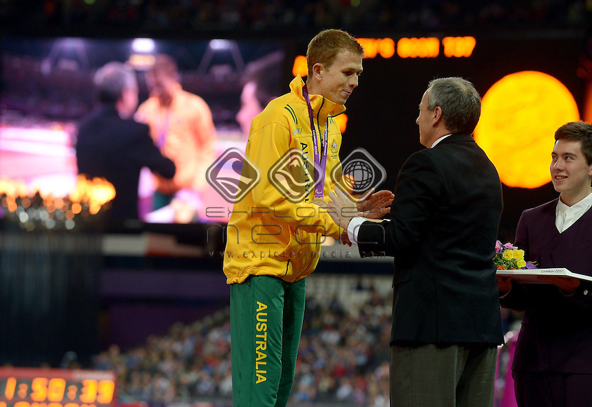 Bronze medalist in the 800m Brad Scott with<br /> APC President Greg Hartung<br /> Athletics : 800m (Saturday 1 Sept )<br /> Paralympics - Summer / London 2012<br /> London England 29 Aug - 9 Sept <br /> © Sport the library / Jeff Crow