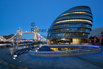 Grossbritannien, England, London: die City Hall und die Tower Bridge am Abend | Great Britain, England, London: City Hall and Tower Bridge at dusk