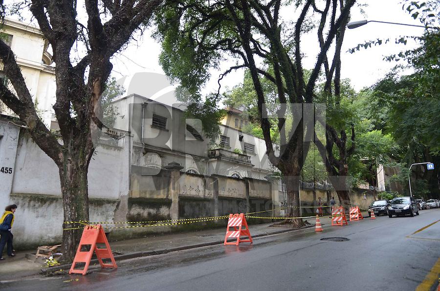 SAO PAULO, 18 DE MARCO DE 2013 - AMEACA QUEDA DE ARVORE - Uma arvore que ameaca cair é vista na Rua Itapeva, regiao central da capital. A arvore cedeu parcialmente e esta com os galhos apoiados na arvore ao lado. Interdicoes na area de estacionamento embaixo da ravore foram feitos pe;a CET para evitar possiveis danos.   (FOTO: ALEXANDRE MOREIRA / BRAZIL PHOTO PRESS)