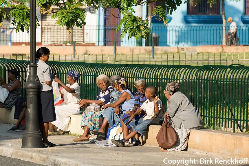 Dominikanische Republik, wartende Frauen in Santo Domingo