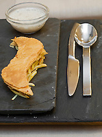Europe/France/Rhône-Alpes/38/Isère/Grenoble:  Tartelette feuilletée avec sa purée de haricots tarbais recette de Stéphane Froidevaux  du restaurant: Le Fantin Latour