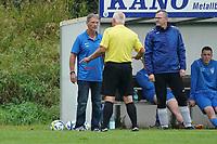 Schiedsrichter Josef Kerestes ermahnt Trainer Heiko Schulze (Erfelden) - Erfelden 29.08.2021: SKG Erfelden gegen DJK SG Eintracht Rüsselsheim, Sportplatz Erfelden