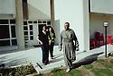 Irak Kurdistan 2002.Devant leur maison d'Erbil, Hamid Effendi, ministre et ses deux filles Niaz et Awaz.Kurdistan Iraq 2002.In their house of Erbil, Hamid Effendi,a KDP'sministe, and his daughters Niaz and Awaz