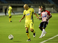 BARRANQUILLA - COLOMBIA, 05-03-2021: Carmelo Valencia de Atletico Junior y Andres Correa de Atletico Bucaramanga disputan el balon, durante partido entre Atletico Junior y Atletico Bucaramanga, de la fecha 11 por la Liga BetPlay DIMAYOR I 2021 jugado en el estadio Metropolitano Roberto Melendez de la ciudad de Barranquilla. / Carmelo Valencia of Atletico Junior and Andres Correa of Atletico Bucaramanga battle for the ball, during a match between Atletico Junior and Atletico Bucaramanga of the 11th date for BetPlay DIMAYOR I 2021 League played at the Metropolitano Roberto Melendez Stadium in Barranquilla city. / Photo: VizzorImage / Jairo Cassiani / Cont.