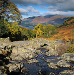 Grossbritannien, England, Lake District, Cumbria, bei Keswick: Ashness Bridge und Derwentwater im Herbst | Great Britain, Lake District, Cumbria, near Keswick: Ashness Bridge and Derwentwater in Autumn