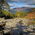 Grossbritannien, England, Lake District, Cumbria, bei Keswick: Ashness Bridge und Derwentwater im Herbst | Great Britain, Lake District, Cumbria, near Keswick: Ashness Bridge and Derwentwater in Autumn