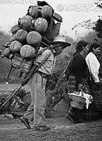 Menschen am Lago Atitlan, Guatemala 1970er Jahre. People near Atitlan lake, Guatemala 1970s.