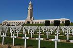 Foto: VidiPhoto<br /> <br /> DOUAUMONT - Het zogenoemde Ossuarium van Douaumont, in de buurt van de Noord-Franse stad Verdun. In het 137 meter lange monument bevinden zich de resten van 130.000 ongeïdentificeerde Franse en Duitse soldaten. Allen zijn gesneuveld tijdens de Slag om Verdun gedurende de Eerste Wereldoorlog. De gangen van het monument bevatten 18 nissen met elk twee tombes. Aan ieder uiteinde bevinden zich vijf andere tombes. Onder de tombes bevinden zich de beenderen van de ongeïdentificeerde soldaten. Aan de achterzijde van het monument bieden kleine glazen vensters zicht op de beenderen die zich eronder bevinden. Ervoor bevindt zich de grootste militaire begraafplaats van de regio met 15.000 graven. Bij de Slag om Verdun in 1916 is er zoveel oorlogsmaterieel achtergebleven, dat de akkers en bossen er nu nog mee bezaaid liggen. Dat trekt jaarlijks tienduizenden verzamelaars naar de voormalige oorlogsvelden, onder wie opmerkelijk veel Nederlanders. Officieel is het verboden oorlogsrestanten op te graven of te zoeken, mede vanwege ontploffingsgevaar. Wie betrapt wordt kan een boete krijgen van 7200 euro. Dit jaar trekt Verdun en omgeving meer bezoekers dan ooit. In november is het namelijk precies 100 jaar geleden dat de wapenstilstand werd getekend tussen de geallieerden (Triple Entente) en de Centrale Mogendheden. De Eerste Wereldoorlog eiste 8,5 miljoen levens.