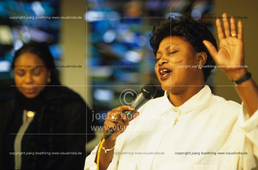 DEUTSCHLAND Hamburg, afrikanischer Gottesdienst der Ghanaischen Gemeinde in einer Kirche in Wilhelmsburg / Germany Hamburg, holy mass of ghanian community in church, women sing gospels