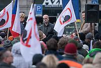 """Am Samstag den 31. Januar 2015 versammelten sich auf dem Staromestske Namesti-Platz (Alststaetter Markt / Old Town Square) in Prag ca. 500 Anhaenger der Pegida-Bewegung. Wie in Deutschland sind die Pegida (Patriotische Europaere gegen die Islamisierung des Abendlandes) Neonazis, Hooligans, Islamsfeinde und sog. """"Besorgte Buerger"""".<br /> Gegen die Pegida-Kundgebung protestierten Vertreter verschiedener Religionen, Antifaschisten, Sinti und Roma mit einem Gottesdienst, Gesaengen und Plakaten und Schildern, auf denen sich zum Teil ueber die Islamophobie der Pegida-Anhaenger lustig gemacht wurde. Beide Veranstaltungen fanden gleichzeitig nebeneinander auf dem Platz statt. Aus der Pegida-Kundgebung kamen immer wieder heftige Beschimpfungen und Neonazis versuchten Gegendemonstranten ein Transparent zu entreissen.<br /> Im Bild rechts auf der Rednerbuehne: Tomio Okamura, einer der Organisatoren der Pegida in Tschechien.<br /> Okamura ist Gruender der Partei Usvit prime demokracie (dt. Morgendaemmerung der direkten Demokratie). Er ist seit 2012 fuer die Fraktion der Krestanska a demokraticka unie – Ceskoslovenska strana lidova  KDU-CSL, (dt. Christliche und Demokratische Union – Tschechoslowakische Volkspartei) Mitglied im tschechischen Senat (Abgeordnetenhaus).<br /> Nachdem er im August 2014 oeffentlich den Holocaust leugnete wurde er aufgefordert seine Aemter im tschechischen Senat niederzulegen.<br /> 31.1.2015, Prag<br /> Copyright: Christian-Ditsch.de<br /> [Inhaltsveraendernde Manipulation des Fotos nur nach ausdruecklicher Genehmigung des Fotografen. Vereinbarungen ueber Abtretung von Persoenlichkeitsrechten/Model Release der abgebildeten Person/Personen liegen nicht vor. NO MODEL RELEASE! Nur fuer Redaktionelle Zwecke. Don't publish without copyright Christian-Ditsch.de, Veroeffentlichung nur mit Fotografennennung, sowie gegen Honorar, MwSt. und Beleg. Konto: I N G - D i B a, IBAN DE58500105175400192269, BIC INGDDEFFXXX, Kontakt: post@christian-ditsch.de<br /> Bei """