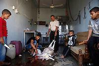 SYRIEN, 08.2014, Koreen (Provinz Idlib). Leben ohne Zentralregierung: Beim Fleischer. | Life without a central government: A butchery.<br /> © Timo Vogt/EST&OST