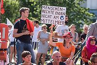 """Mit einer Demonstration unter dem Motto """"Seebruecke – Schafft sichere Haefen"""" zogen am Samstag den 7. Juli 2018 ueber 10.000 Menschen in Berlin zum Bundeskanzleramt. Sie forderten ein Ende der Kriminalisierung der zivilen Seenotrettung im Mittelmeer, wo Hilfsorganisationen wie Seawatch, Mission Lifeline, SOS Mediterrane Aerzte ohne Grenzen und Sea Eye Migranten aus Seenot retten. Diese Seenotrettungsorganisationen werden von mehreren europaeischen Staaten als """"Schlepper"""" diffamiert und ihre Schiffe beschlagnahmt. Anfang Juli wurde der Kapitaen der Lifeline von maltesischen Behoerden festgenommen.<br /> Die Seebruecke ist eine internationale Bewegung aus der Zivilbevoelkerung. Sie fordert """"sichere Fluchtwege, eine Entkriminalisierung der Seenotrettung und eine menschenwuerdige Aufnahme von gefluechteten Menschen. Wir wollen mehr Rettung statt weniger!"""".<br /> Zeitgleich fanden in mehrere deutschen Staedten Demonstrationen der """"Seebruecke"""" statt.<br /> Im Bild: Die Demonstration vor dem Bundeskanzleramt.<br /> 07.7.2018, Berlin<br /> Copyright: Christian-Ditsch.de<br /> [Inhaltsveraendernde Manipulation des Fotos nur nach ausdruecklicher Genehmigung des Fotografen. Vereinbarungen ueber Abtretung von Persoenlichkeitsrechten/Model Release der abgebildeten Person/Personen liegen nicht vor. NO MODEL RELEASE! Nur fuer Redaktionelle Zwecke. Don't publish without copyright Christian-Ditsch.de, Veroeffentlichung nur mit Fotografennennung, sowie gegen Honorar, MwSt. und Beleg. Konto: I N G - D i B a, IBAN DE58500105175400192269, BIC INGDDEFFXXX, Kontakt: post@christian-ditsch.de<br /> Bei der Bearbeitung der Dateiinformationen darf die Urheberkennzeichnung in den EXIF- und  IPTC-Daten nicht entfernt werden, diese sind in digitalen Medien nach §95c UrhG rechtlich geschuetzt. Der Urhebervermerk wird gemaess §13 UrhG verlangt.]"""