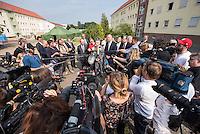 Zentrale Auslaenderbehoerde und BAMF-Aussenstelle in Eisenhuettenstadt.<br /> Bundesinnenminister Thomas de Maiziere und brandeburgs Ministerpraesident Dietmar Woidke besuchten am Donnerstag den 13. August 2015 die Zentrale Auslaenderbehoerde und BAMF-Aussenstelle in Eisenhuettenstadt. Sie liessen sich von Mitarbeitern die Situation in der Einrichtung zeigen und erklaeren, sprachen mit Fluechtlingen und besichtigten das auf dem Gelaende befindliche Abschiebegefaengnis.<br /> Der Besuch des Bundesinnenministers und des Ministerpraesidenten wurde von etwa 40 Journalisten begleitet.<br /> Im Bild: Bundesinnenminister de Maiziere, Mitte, bei seinem Pressestatement. Rechts von ihm, Ministerpraesident Woidke.<br /> 13.8.2015, Eisenhuettenstadt/Brandenburg<br /> Copyright: Christian-Ditsch.de<br /> [Inhaltsveraendernde Manipulation des Fotos nur nach ausdruecklicher Genehmigung des Fotografen. Vereinbarungen ueber Abtretung von Persoenlichkeitsrechten/Model Release der abgebildeten Person/Personen liegen nicht vor. NO MODEL RELEASE! Nur fuer Redaktionelle Zwecke. Don't publish without copyright Christian-Ditsch.de, Veroeffentlichung nur mit Fotografennennung, sowie gegen Honorar, MwSt. und Beleg. Konto: I N G - D i B a, IBAN DE58500105175400192269, BIC INGDDEFFXXX, Kontakt: post@christian-ditsch.de<br /> Bei der Bearbeitung der Dateiinformationen darf die Urheberkennzeichnung in den EXIF- und  IPTC-Daten nicht entfernt werden, diese sind in digitalen Medien nach §95c UrhG rechtlich geschuetzt. Der Urhebervermerk wird gemaess §13 UrhG verlangt.]