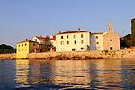 Neben der Kirche der Unbefleckten Empfängnis (1277) wurde im XV.Jh. ein Kloster des dritten Franziskanerordens in Glavotok errichtet. Monastery of Glavotok, Krk Island, Dalmatia, Croatia. Insel Krk, Dalmatien, Kroatien. Krk is a Croatian island in the northern Adriatic Sea, located near Rijeka in the Bay of Kvarner and part of the Primorje-Gorski Kotar county. Krk ist mit 405,22 qkm nach Cres die zweitgroesste Insel in der Adria. Sie gehoert zu Kroatien und liegt in der Kvarner-Bucht suedoestlich von Rijeka.